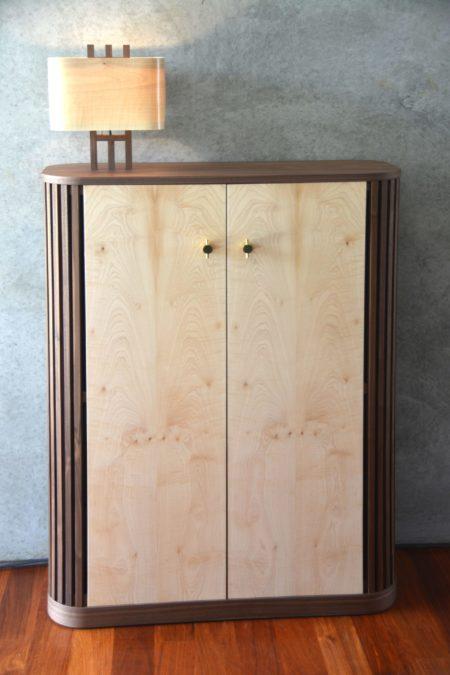 Un meuble sur mesure pour classer ses photos. Des formes arrondies et une lampe intégrée pour une tonalité Art Déco.