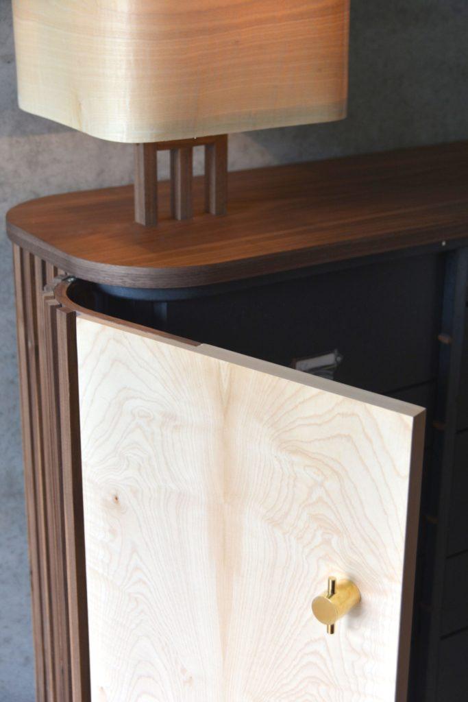 L'ouverture originale des portes sur pivot, les boutons dorés donnent de l'élégance.