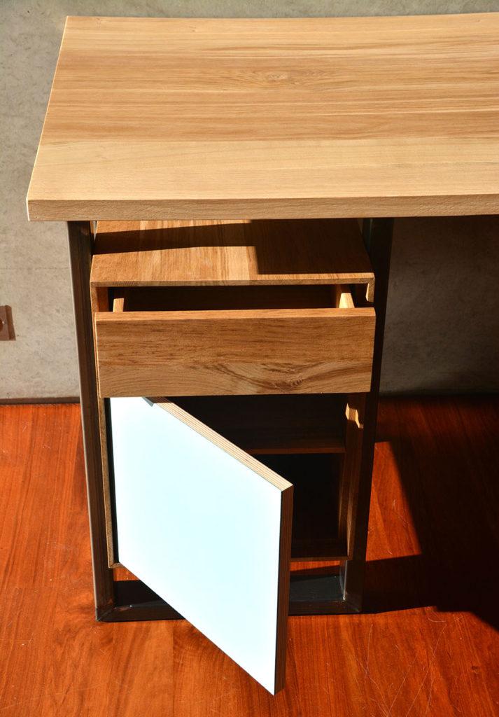 Bureau en chêne brun, avec caisson de rangement