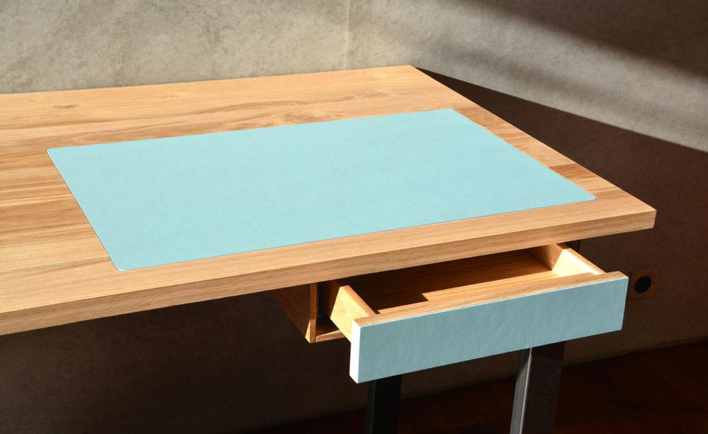 Bureau en chêne brun sur mesure. Sous main et façade de tiroir assortis.