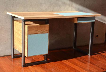 Bureau en chêne brun avec caisson et tiroir. Sous main intégré. Pieds en acier.