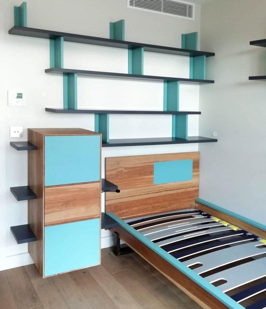 Chambre d'ado en chêne brun comprenant lit, table de nuit et bibliothèque murale
