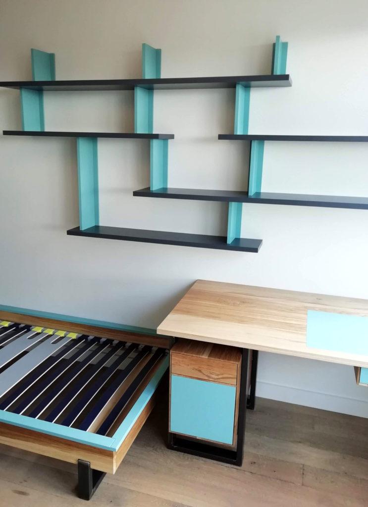Ensemble chambre d'ado comprenant un bureau en chêne brun, lit et bibliothèques murales.
